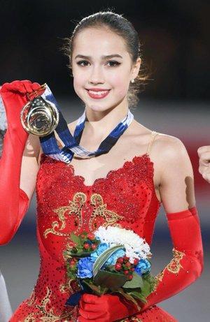 メダルを掲げるザギトワ選手