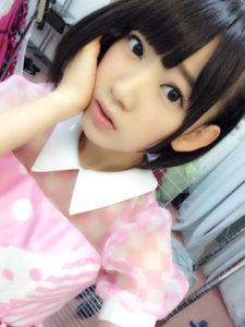 16歳のピンクの服の宮脇咲良さん