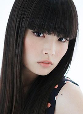 左サイドの秋元梢さんの顔写真
