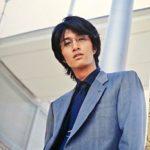 スーツ眼鏡の俳優天野浩成