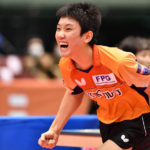 オレンジのユニフォームの卓球の張本智和選手