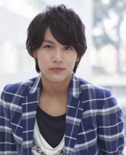 青いチェックのシャツアウターの中川大志