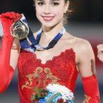 メダルを持つ赤い衣装のザギトワ選手