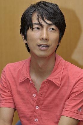 ピンクのシャツを着た眞島秀和