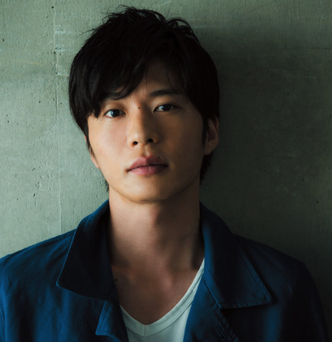青いシャツの田中圭