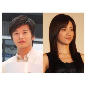 白いシャツの田中圭と黒いトップスの嫁さくら