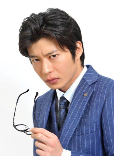 眼鏡を外す瞬間の青いストライプのスーツの田中圭