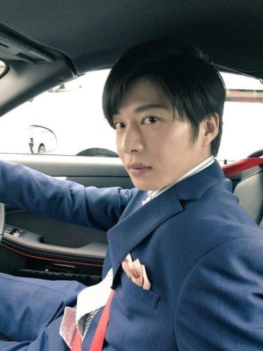車の運転席でハンドル握る田中圭