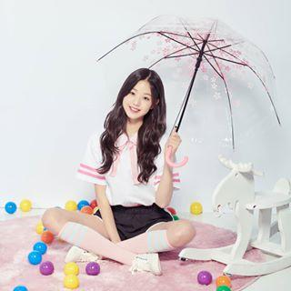 傘をさして座るチャンウォニョン