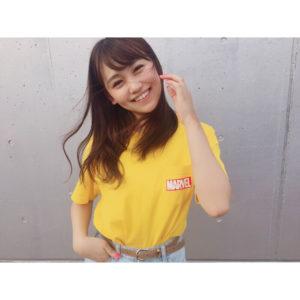 黄色いシャツで笑顔の小嶋真子