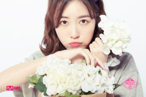 白い花束をもつプデュ48の松井珠理奈