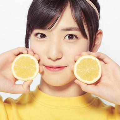 両手にレモンを持つ下尾みう