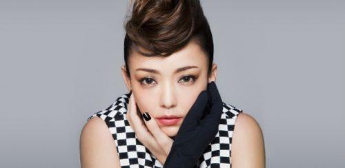 左手黒い手袋で交差して顔を支えるポーズの安室奈美恵