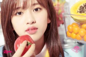 冷蔵庫前でトマトを手にするアンユジン