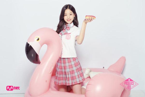 ピンクのペリカンビンの浮き輪に乗るチャンウォンヨン
