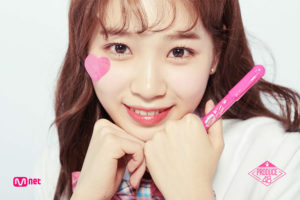両手に首を顔を乗せてピンクのペンを持つキムチェウォン