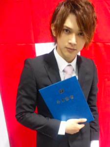 高校の卒業証書を持つ吉沢亮