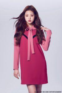 ビビットピンクのワンピースにピンクのタイをしたチャンウォニョン
