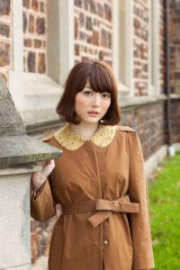 茶色いコートを着た花澤香菜