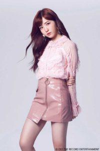 ピンクのシャツとミニスカートの本田仁美