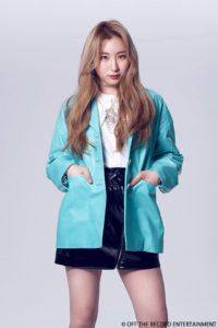 白いシャツに水色のジャケットを着たイチェヨン