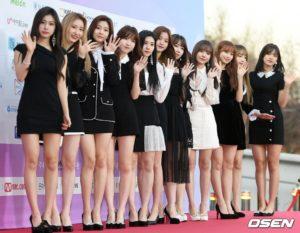 黒と白い衣装のizone12人