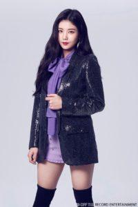 紫のシャツとミニスカートに藍色のジャケットを着たクォンウンビ