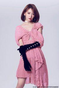 ピンクで黒の水玉で胸下が見える衣装で黒い手袋をした宮脇咲良