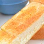 背景に青い食器が映るトースターで焼いた食パン