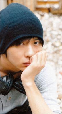 紺のニット帽とヘッドフォンを首に巻いた田中圭