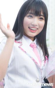 プデュ48のピンクの制服を着て右手を上げる矢吹奈子