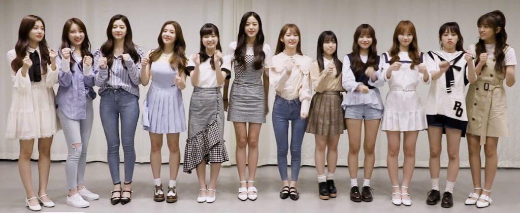 シンプルな私服で横一列に並ぶIZONEメンバー12人