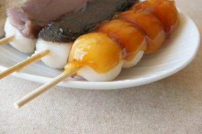 白いお皿に乗ったみたらし団子と2つの串団子