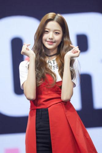 両手ハートマークの赤いスカートのチャンウォニョン