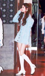 青いワンピースと白の長いブーツで歩くチャンウォニョン