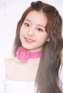 メンバーカラーピンクのバラのチョーカーをするチャンウォニョン