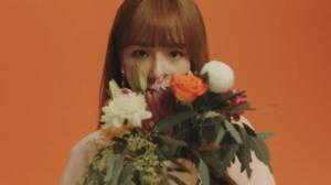 オレンジの薔薇を持つチョユリ