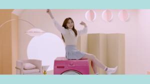 ピンクの洗濯機の上で腕を伸ばすイチェヨン