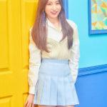 黄色と青い壁の前に立つ青いミニスカートのイチェヨン