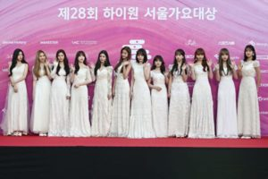 白いロングドレスを着たIZ*ONEメンバー12人