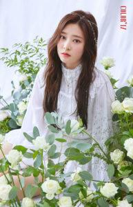 白薔薇に囲まれる白いレースシャツのキムミンジュ