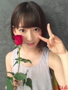 赤い薔薇一輪持つノースリーブの宮脇咲良2016年