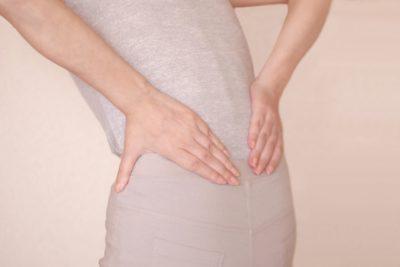 腰を抑える女性の腰