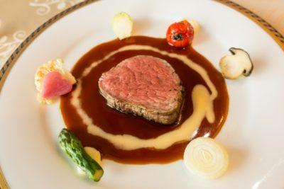 お皿に並ぶお肉のコース料理