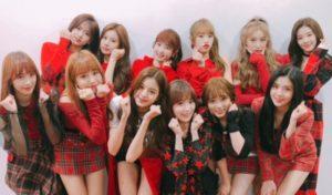赤い衣装で2列に並んだIZONEメンバー