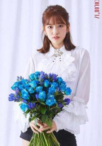青い薔薇の花束を持つ白いシャツのアンユジン