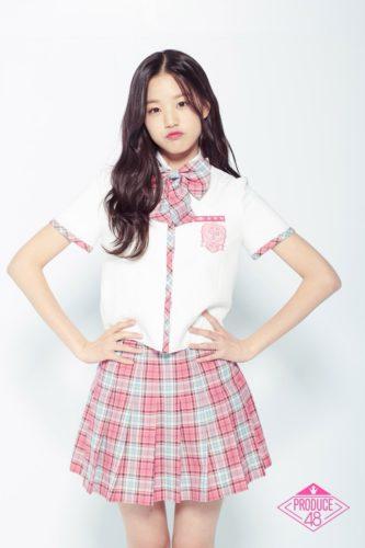 プデュのピンクの制服を着て両手を腰に当てるチャンウォニョン