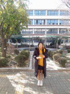 黄色いパーカーを着た中学生のチャンウォニョン