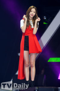 黒い短パンに赤の変形スカートを着たチャンウォニョン