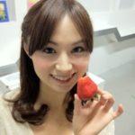 左手に苺を持つ河村和奈